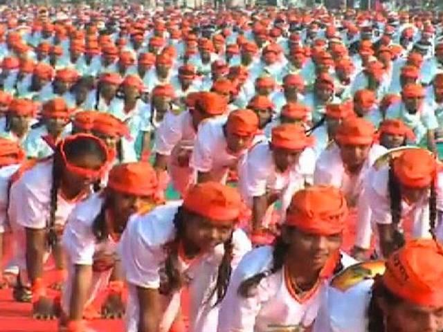 आप का असर! मोदी के कार्यक्रम में दिखी केसरिया रंग की गांधी टोपियां