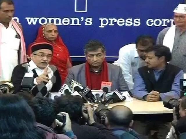 दिल्ली में प्रशांत भूषण की प्रेस कॉन्फेंस में हिंदू सेना का हंगामा, जमकर हुआ बवाल