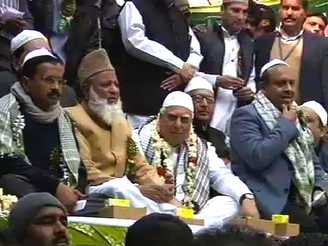 ईद मिलाद-उन-नबी के मौके पर एक मंच पर जुटे आप, कांग्रेस, बीजेपी के नेता, केजरीवाल और सिब्बल ने गले लगकर दी एक दूसरे को बधाई