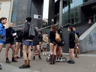 नो पैंट्स-डे पर बिना पैंट मेट्रो की सवारी