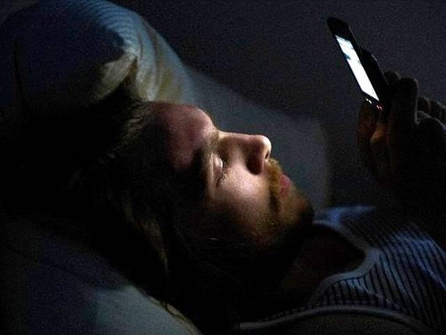 खबरदार ! रात 9 बजे के बाद स्मार्टफोन यूज न करें, वरना…