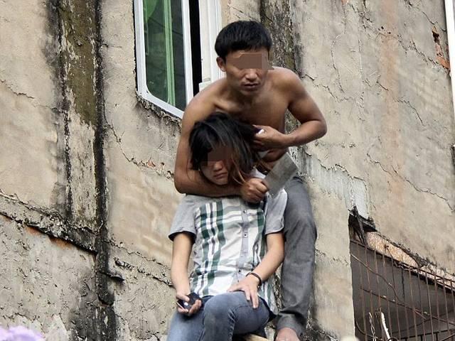 सरेआम नंग-धड़ंग हो छत पर 5 घंटे तक गर्लफ्रेंड को बंधक बनाए रखा