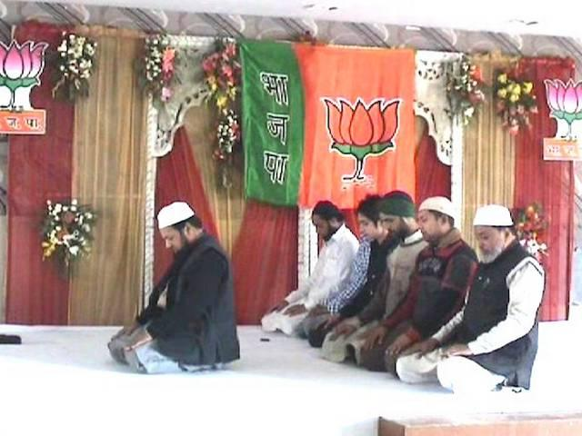 मेरठ में मोदी की रैली से पहले मंच पर नमाज़ पढ़ने से बीजेपी में विवाद