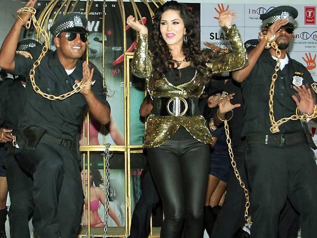 देखें: सनी लियोने की फिल्म 'रागिनी MMS 2' का गाना 'बेबी डॉल'