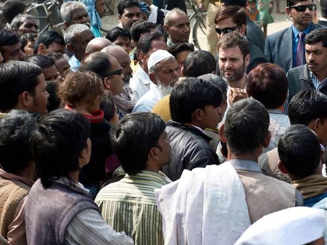 अमेठी में लोगों से मिल राहुल गांधी ने सुनी उनकी समस्याएं