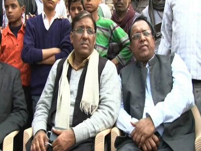 'आप' के विधायक राजेश गर्ग को लोगों ने बंधक बनाया, कहा- चुनाव से पहले जो वादे किए थे वह पूरे करो