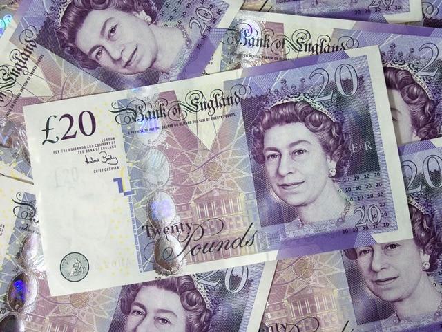 ब्रिटेन में छह साल में पहली बार न्यूनतम वेतन में इजाफा