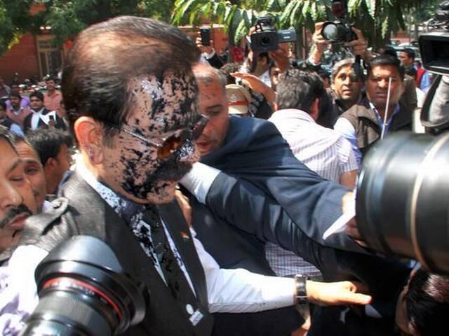 अन्ना भक्त वकील ने सहाराश्री पर फेंकी काली स्याही