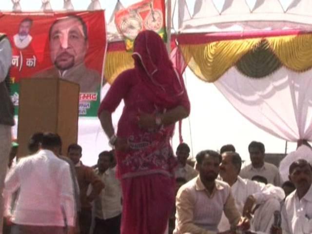 यूपी के बागपत में समाजवादी पार्टी की सभा में लगे ठुमके, नोट लेकर नाचते दिखे कार्यकर्ता