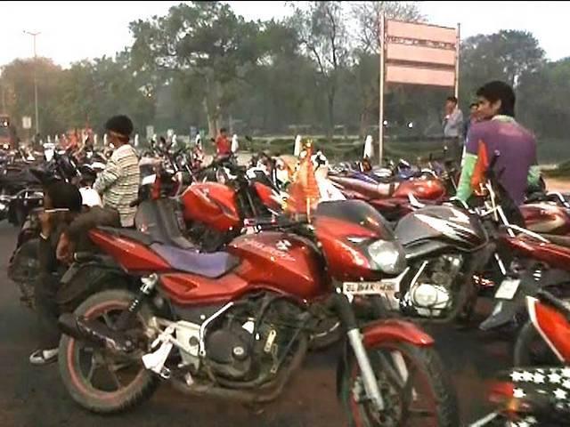 नवरात्रि के मेले से लौट रहे बिना हेलमेट बाइक सवारों को पुलिस ने बेरहमी से पीटा, 250 से ज्यादा बाइक जब्त