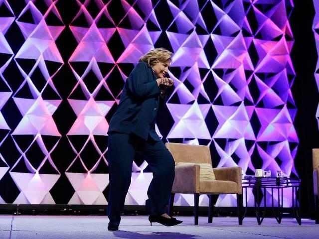 लास वेगास में भाषण के दौरान एक महिला ने हिलेरी क्लिंटन पर फेंका जूता