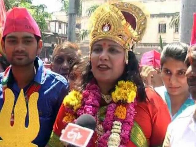 बहुरुपिया अंदाज में सपा उम्मीदवार नेहा शर्मा का प्रचार
