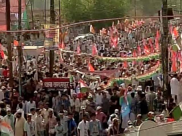 वाराणसी: मोदी के जवाब में राहुल गांधी का रोड शो, अजय राय के लिए मांगे वोट