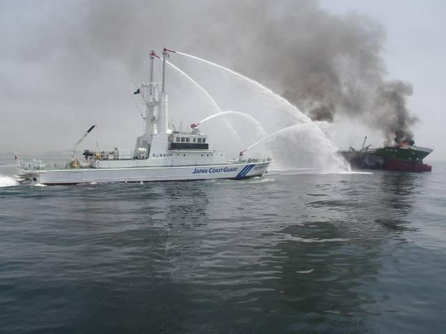 विस्फोट के बाद जापानी तेल टैंकर में लगी भीषण आग!