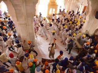 स्वर्ण मंदिर में ही भिड़ गए दो सिख समूह, 7 घायल