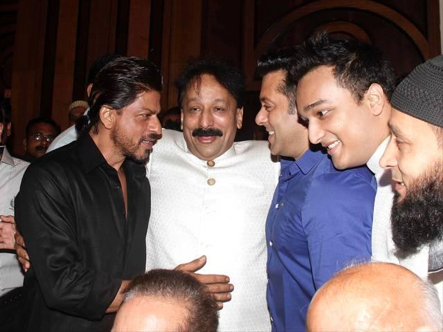 salman_shahrukh_huged_each_other_baba_siddhaque_iftaar_party