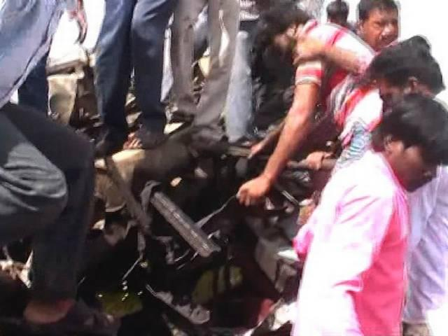 _25 _school _children _killed _in _a _bus _train _collision