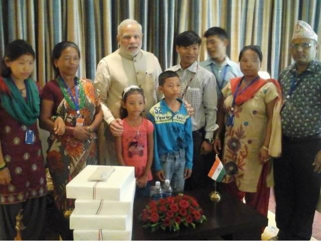 pm_help_modi_to_met_his_parents