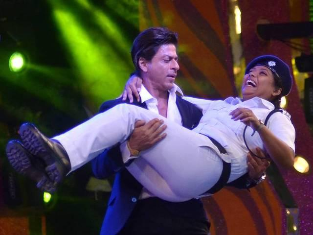 female_costable_dance_with_srk