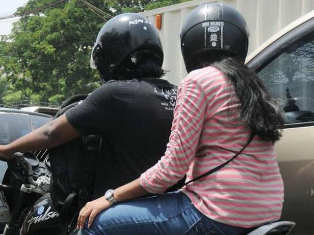 women_driver_without_helmet