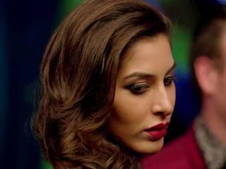 bollywood-divas-tight-hand-in-hindi