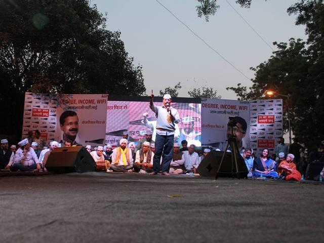 delhi assembly election: for fund raising kejariwal to attend dinner party in mumbai today