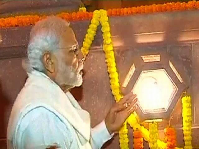 Modi launches LED bulb distribution in Delhi