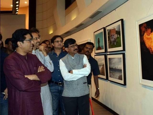Raj visits Uddhav Thackeray's photo exhibition