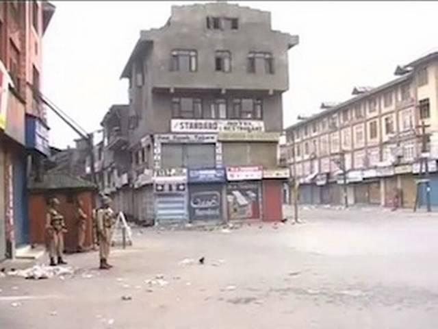 कश्मीर के शोपियां शहर में कर्फ्यू जारी
