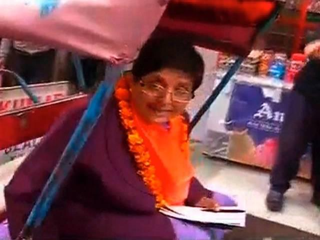 delhi assembly election: kiran bedi opts for rickshaw for election campaign