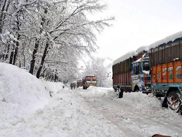 resh snowfall shuts Srinagar-Jammu highway