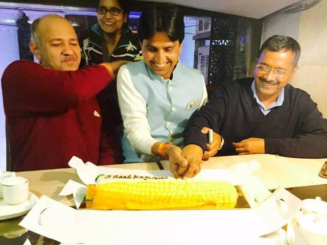 kumar vishwas celebrates his birth day with aap's victory