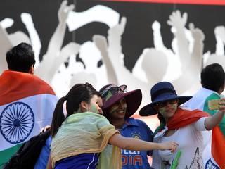 एडिलेड ओवल में भारत और पाकिस्तान के बीच चल रहे जबरदस्त मैच के बीच सिर्फ खिलाड़ियों में ही नहीं दोनों देशों के फैंस में भी जोश देखने को मिला। देखें मैच देखने पंहुचे फैंस के अलग-अलग अंदाज।