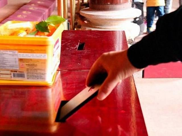 Buddhist monks offended by 'ignorant' tourist who tried to donate iPhone 6 at temple in China