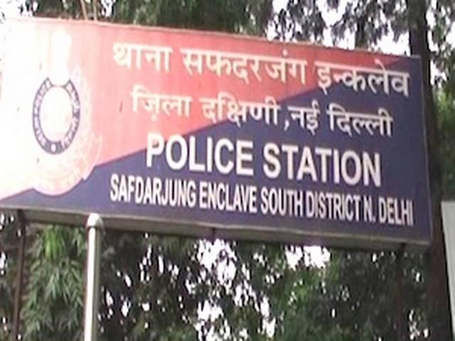 दिल्ली: कार में नाबालिग के साथ गैंगरेप, आरोपी फरार