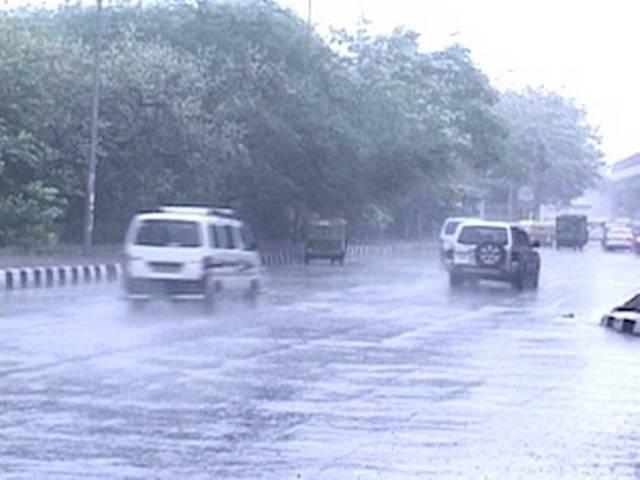 बारिश से थमी दिल्ली की रफ्तार