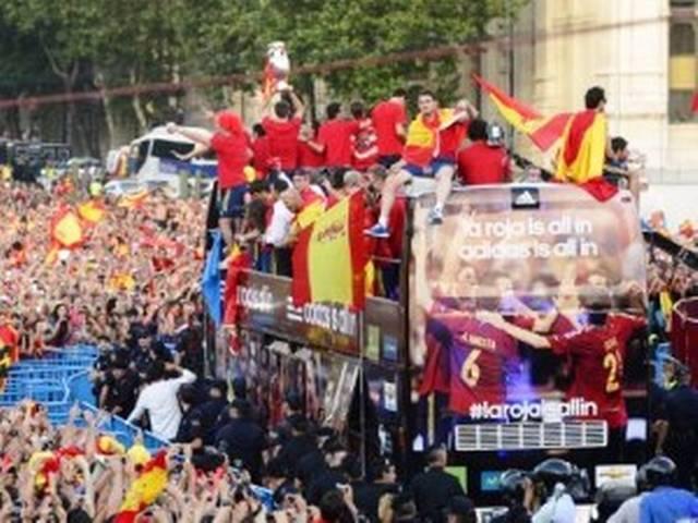 स्पेन में यूरो कप की विजेता टीम का जोरदार स्वागत