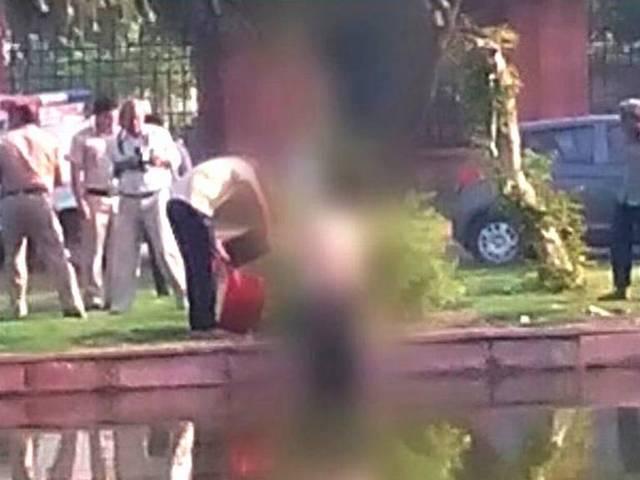 delhi_india_gate_deadbody_found