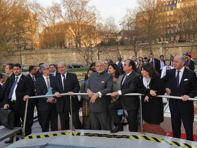 Narendra Modi_France_PM narendramodi undertakes Naav pe charcha with French Prez on river Seine