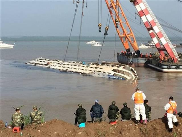 Death toll climbs to 345 in China's cruise ship capsizing