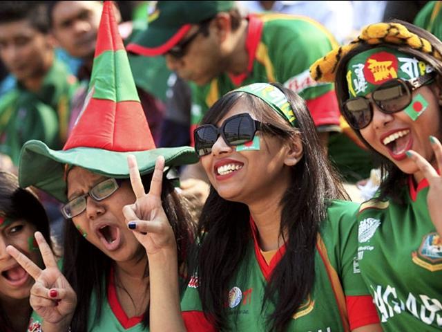 Dhaka_Bangladesh_Fans cheer