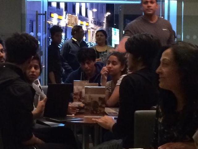 Shah Rukh Khan Chills With Aryan & Suhana At An Ice-Cream Parlour In London!