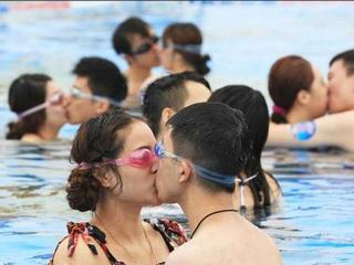 underwater kissing competition