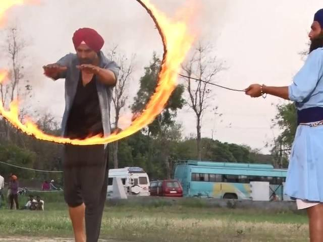 akshay kumar's clothes catches fire during the shoot of singh is bling