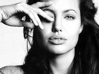Rare Angelina Jolie photos go on sale in London