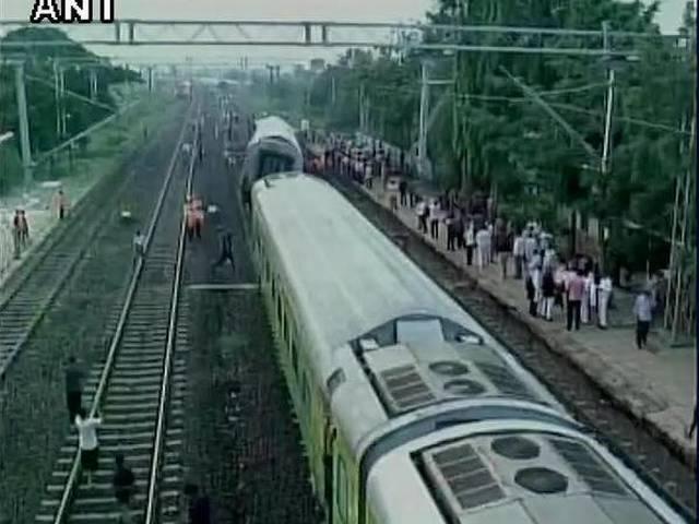 2 killed, 7 injured after Duronto Express derails in Karnataka