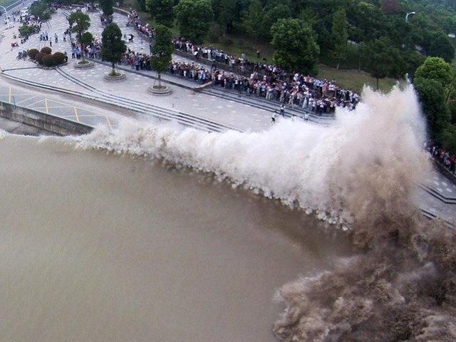 The tidal bores keep soaring in the Qiantang River in east China