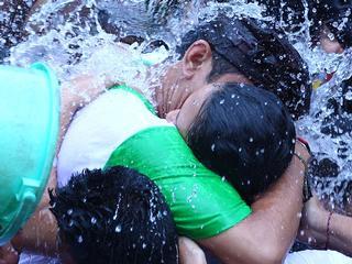 bali_denpasar_kissing_festival_omed omedan