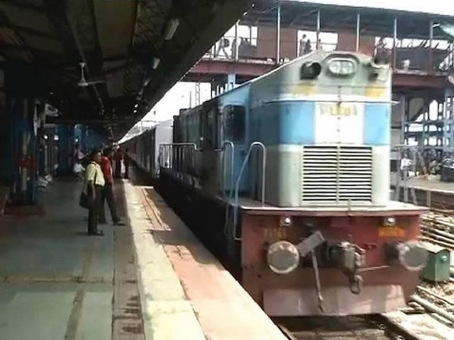 The railway police will be in kanpur to new delhi train with mobile phones