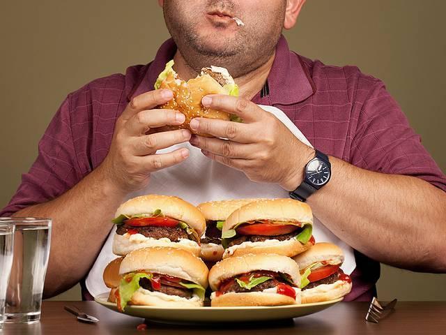 Study: Men eating more to impress women